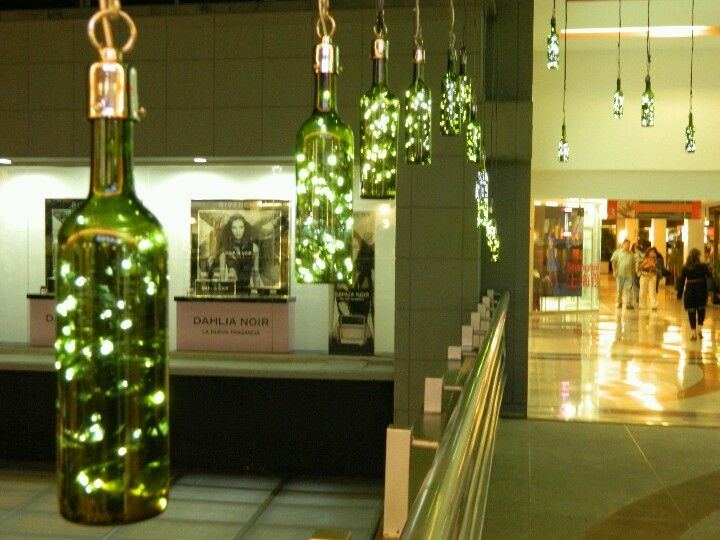 335 botellas de vino reutilizadas, iluminada con luz led. Para cc Oviedo