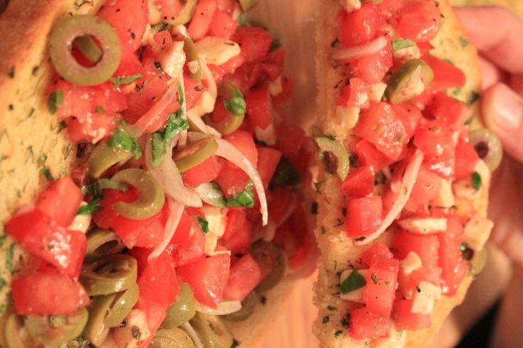 Bruschetta - ten kto wymyślił te grzanki powinien dostać nobla, czy coś w tym stylu ;-). Są absolutnie przepyszne i idealne na letnie kolacje. Salsa pomidorowa, teraz smakuje najlepiej, kiedy pomidory są słodkie i dojrzałe. Krzyś wynalazł w