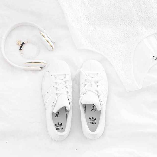 First day with white shoes . S p r i N g 🌺  .  .  .  .  .  .  .  .  #spring#adidas#adidassuperstar #kreafunk#pictoftheday #bydziubeka #onthebedproject #me#fashion#white
