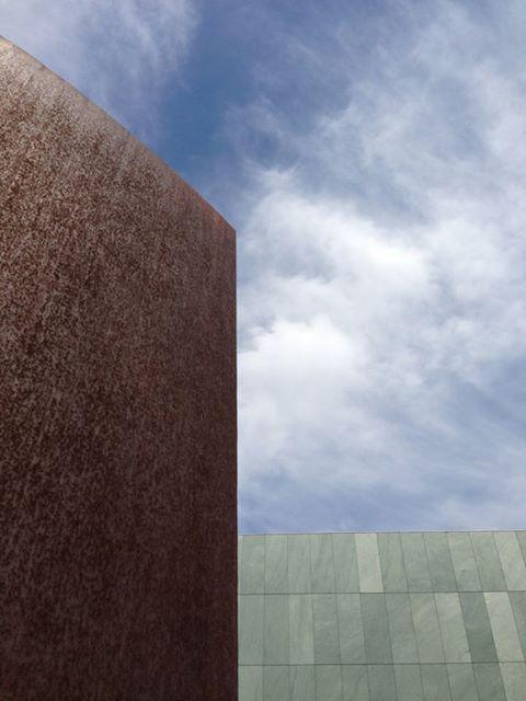 https://www.facebook.com/decasu?ref=hl 撮影場所は豊田市美術館  現代美術の素晴らしいコレクションを誇る豊田市美術館です。 建築も庭も素敵ですよね!