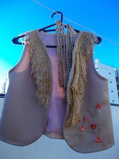chaleco de tela forrado con cuello de flecos tejido crochet y flores bordadas en hilo, collar de cadenas tejidas crochet.