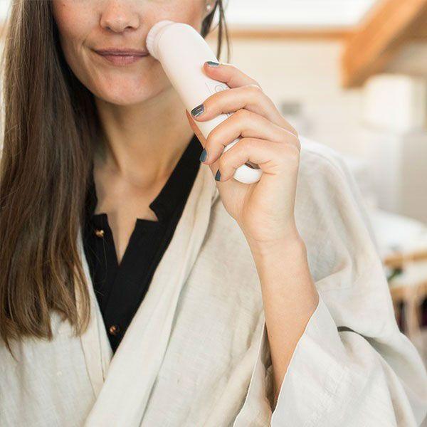 Máy rửa mặt tẩy tế bào chết Beurer FC45 nhẹ nhàng làm sạch sâu, giúp loại bỏ mọi bụi bẩn, tế bào chết và chất nhờn sâu bên trong lỗ chân lông, cho da sạch và thông thoáng hơn. Giải trừ độc tố tích tụ dưới da, cho da luôn tươi tươi trẻ, khỏe mạnh.