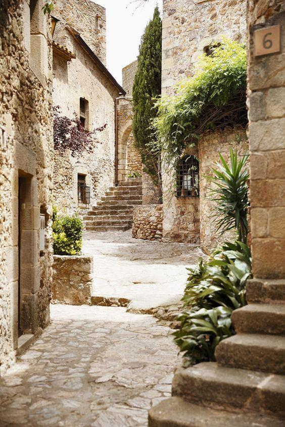 Costa Brava - Costa Brava Calle medieval de Pals que lleva a la Torre de les Hores, de estilo románico. Desde la zona más alta del pueblo se puede observar la llanura del Empordà.