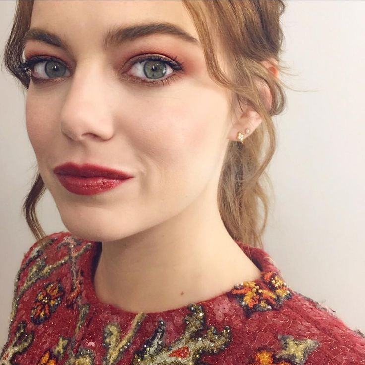 Ooh La La... Paris #lalaland premiere maquillage on the radiant miss #emmastone inspired by the ever intoxicating city of light. Burnt umber and gold rimmed eyes paired with glossy mahogany lips #rachelgoodwinmakeup for NARS #narsissist