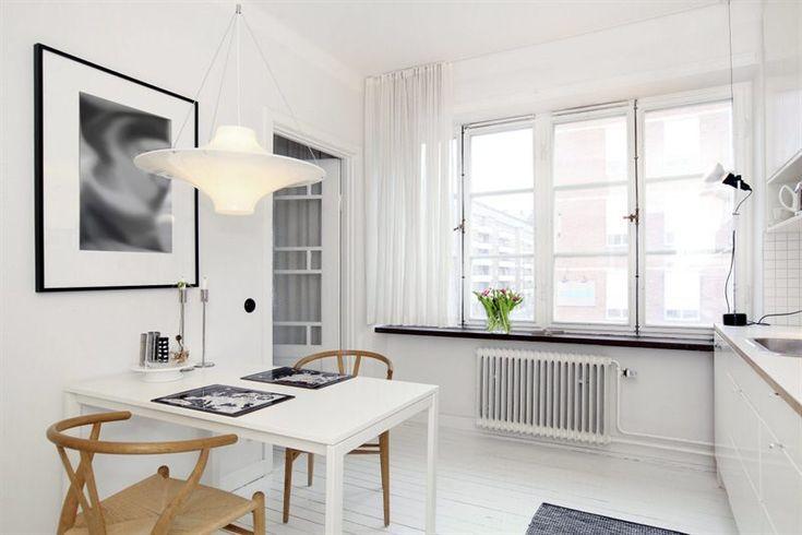 Wegners Y-stol i svart/vitt-kök