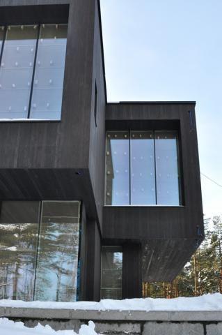 Производство ЕДИНАЯ СЛУЖБА СНАБЖЕНИЯ SUNTAN обожженное дерево черное фасад загородный дом архитектура дизайн