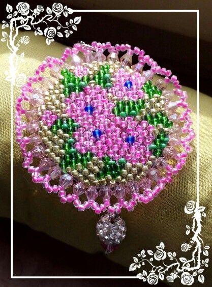 Medaglione ricamato di perline, fiori rosa, con perla strass e swaroski rosa pendenti finali