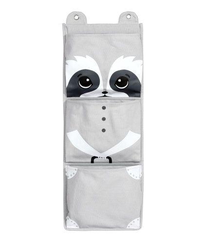 Lichtgrijs/wasbeer. Een wandorganizer van katoenen canvas met drie vakken met een print. Oogjes bovenaan om de organizer aan op te hangen. Afmetingen 30x78