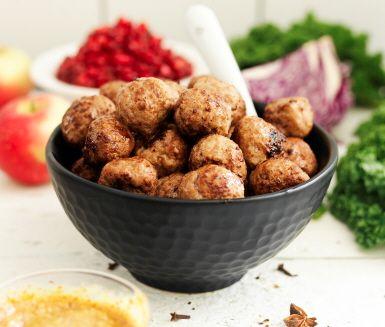 Köttbullar är en stor favorit och återfinns på våra tallrikar oavsett om det är julafton, midsommar eller en vanlig tisdag. Hemligheten bakom riktigt saftiga och goda köttbullar är löken, som gärna får vara djärvt brynt