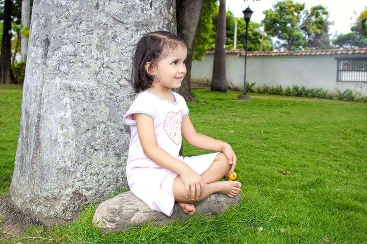 Pijama para niña con estampado y bordado a mano