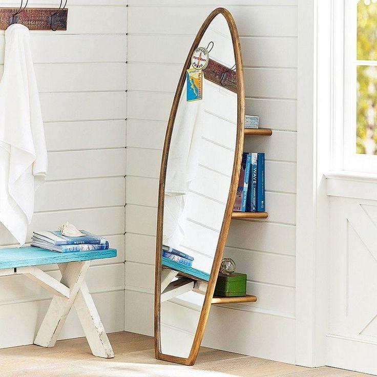 miroir en forme de planche de surf pour la chambre enfant avec des tagres en bois