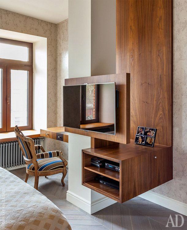 Выступающая колонна в спальне хозяев обросла системой хранения: с одной стороны туалетный столик, а с другой — телевизор и полки для техники.