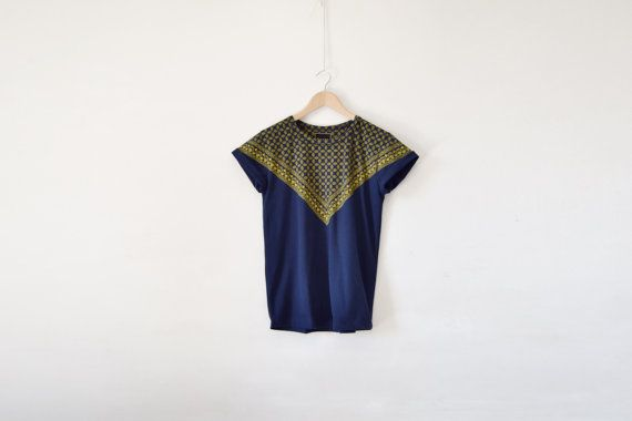 Televisori triangolare gialli stampa su t-shirt blu