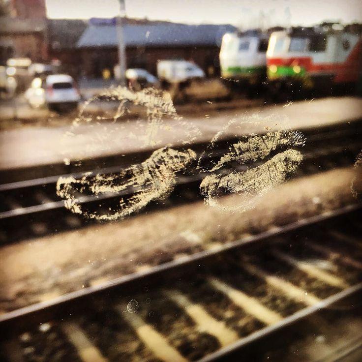 Love love love Joku tässä paikallani istunut on saanut muhkeat lähtösuudelmat laiturin ja ikkunan takaa.  #juna #junassa #vrfin #train #kotimatkalla #kisses #kiss #suukko