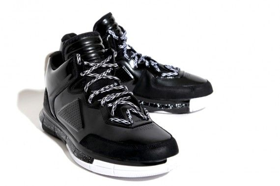 Official Images of Dwayne Wade's Li-Ning PE. Check the W the laces make.