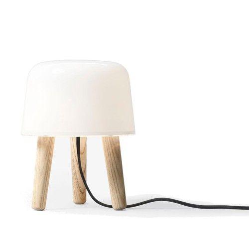 De Milk Tafellamp is gemaakt van mondgeblazen glas en eiken hout. Deze tafellamp werkt met een G9 lamp, max 40W. Afmetingen: b 21 x d 21 x h 26 cm.