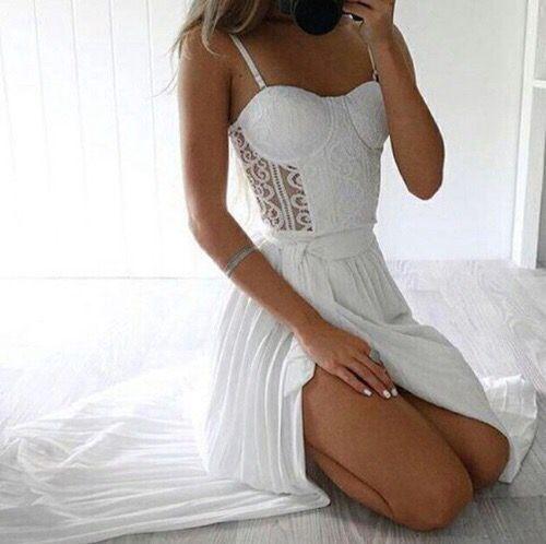 Opto per un vestito bianco in pizzo molto leggero visto che ormai é piena estate…