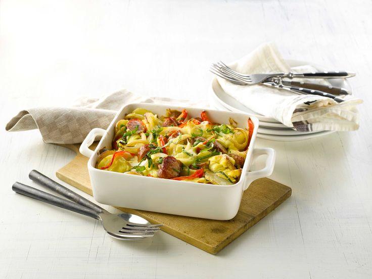 En alt-i-ett-form er en lettvint hverdagsmiddag. I denne finner du gode smaker som pølse, basilikum, sennep, løk og paprika.