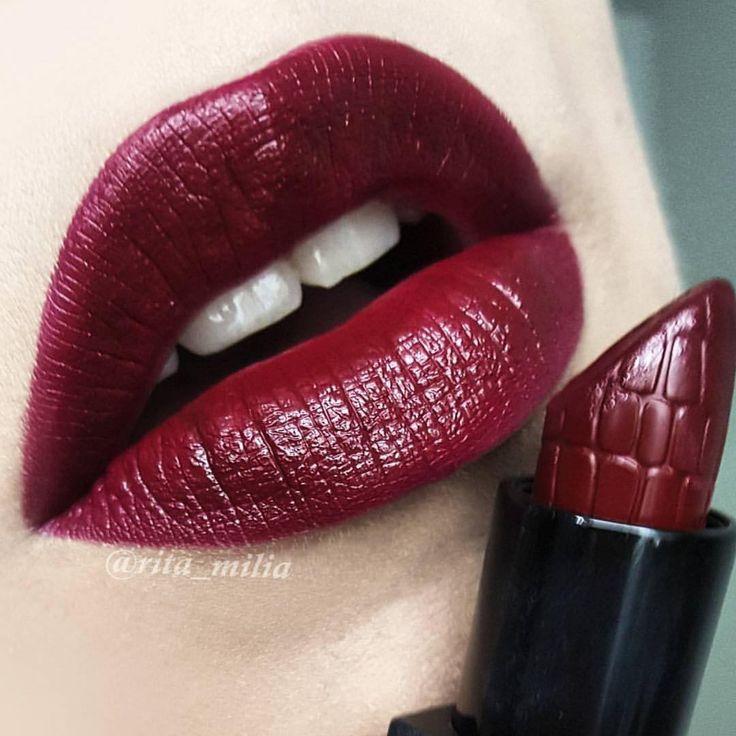 Lipstick Bourgondië. Make-up door visagist talentrita_milia #makeupstore #makeup #maquillage #maquillaje #lipstick #lips #cosmetics #beauty #beaute #motd #ootd