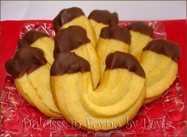 I biscotti di frolla montata sono veramente veloci da creare. L'impasto si prepara in poco tempo e i biscotti si formano direttamente con il sac a poche o