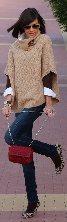 Capa De Lana Camel by Be Trench . Beige poncho, burgundy purse, white blouse with black sweater, blue jeans, leopard print heels