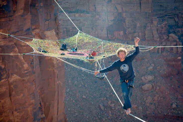 Moab, pequeña localidad de 5.000 habitantes junto al río Colorado, en el Estado de Utah (Estados Unidos), y rodeada por kilómetros de desierto y rojizas paredes de arenisca, se encuentra a escasos minutos del turístico parque nacional de Arches y atrae a cientos de ciclistas por el famoso Slickrock Trail (una de las grandes rutas de bicicleta de montaña). Pero en los últimos tiempos los cañones de Moab han sido colonizados por los amantes de la adrenalina, como Andy Lewis (en la foto)…