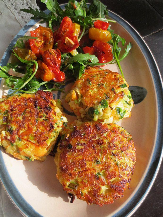 Ce sont de palets aux courgettes , aux carottes et au fromage Halloumi accompagnés d'une salade aux tomates confites