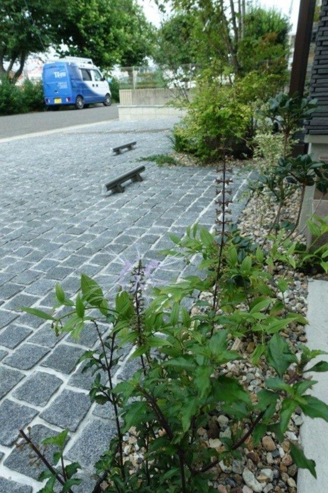 石張りの駐車場 モダンナチュラルな二世帯住宅雑木のファサード