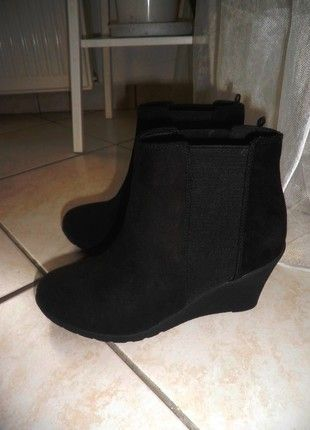 Kupuj mé předměty na #vinted http://www.vinted.cz/damske-boty/kotnikove-boty/12924074-nove-cerne-kotnikove-boty-na-klinku-hm