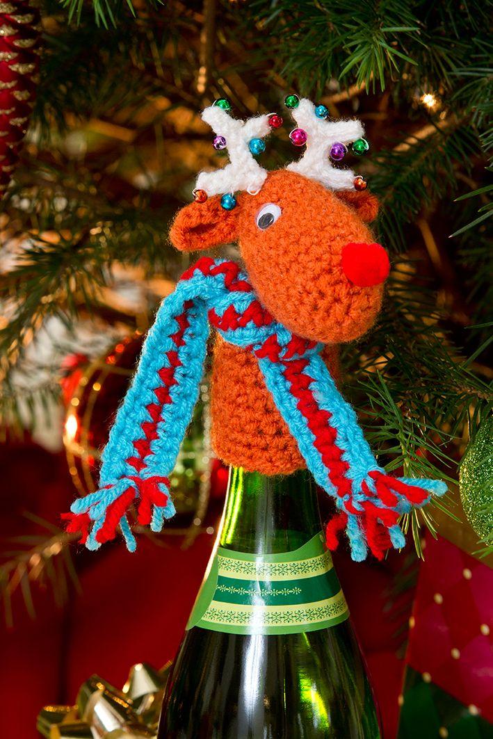 Aumente el ambiente festivo con este simpático reno adornando sus botellas. Las esferitas de sus astas y su pequeña bufanda serán un complemento perfecto al momento del brindis de Navidad.