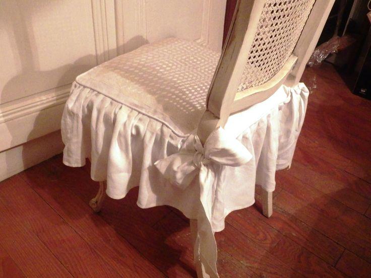 L'assise est dans un damassé de lin cerné par une large et ancienne dentelle de Calais blanche, mais dont le blanc est différent, ce qui lui confère un ton crème....un passepoil blanc en fait tout le tour....et de très larges nouettes en pur fil font des noeuds romantiques...  (La Grange aux Chiffons)