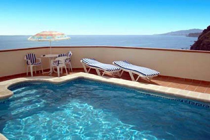 Dit charmante Andalusische huisje Casa  Miramar met schitterend zicht op zee, ligt slechts een paar minuten lopen van een rustig stuk strand waar het, door de verscholen ligging, zelfs in de zomermaanden ontspannen toeven is.  Buiten eten kan op de besloten patio met barbecue of in één van de vele restaurantjes van Maro of Nerja. Meer info: http://www.villagrande.nl/vakantiehuizen/spanje/costa-del-sol-andalusie/1913,vakantiehuis-casa-miramar/#0