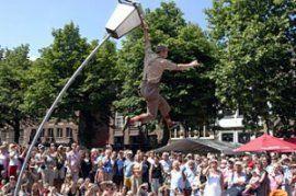 De historische binnenstad van Deventer is drie dagen lang, van 4 t/m 7 juli 2013, het decor van het internationale straattheaterfestival Deventer op Stelten. Met 150 voorstellingen die gratis te bezoeken zijn!