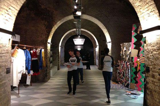 Op een boogscheut van de tunnels ligt de Queen Elizabeth Hall, een architecturale oogzweer aan de zuidelijke oever van de Thames. Het herbergt niet alleen een concertzaal voor klassieke muziek, jazz en dans, maar is sinds begin jaren '70 een favoriete plek voor skaters. De zogenaamde Undercroft, een halfopen lege plek onder het gebouw, staat vol graffiti maar bruist van het leven. Er bestaan plannen om het hele complex te veranderen in een lucratieve boulevard met restaurants en winkels…
