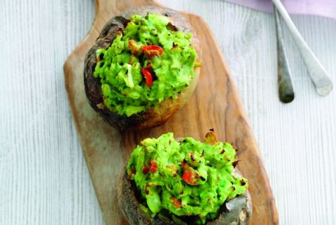 Bagt kartoffel med avocado (324 kcal)