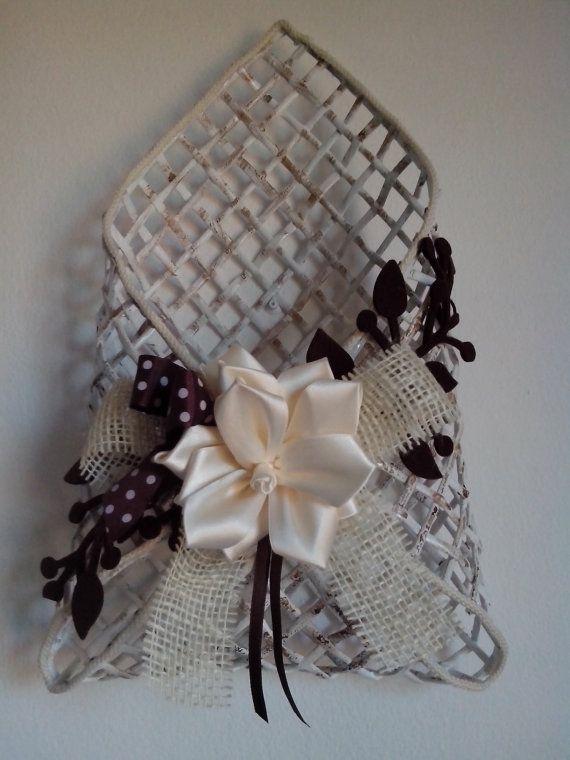 Portaposta in cannucce di carta con decorazioni in raso e feltro