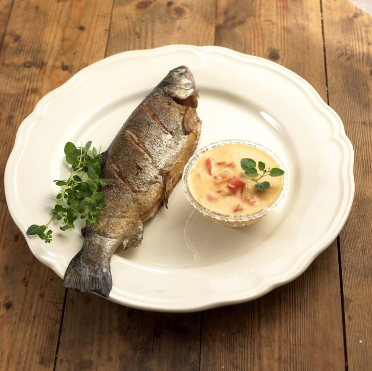Fiskesaus med paprika: Fiskesaus med paprika er nydelig til hvit fisk, men prøv den også til lyst kjøtt som kylling, kalkun eller svin. Da erstatter du bare fiskekraft ...