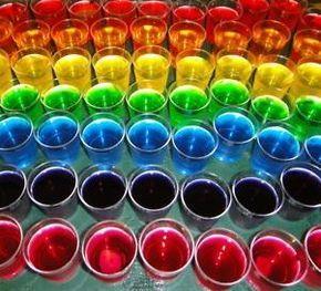 Cómo preparar gelatina con vodka. La gelatina con vodka o jelly shot se ha convertido en una de las alternativas más populares en las fiestas. Se trata de una combinación deliciosa, divertida y que permite mucho juego. Al realizarse c...