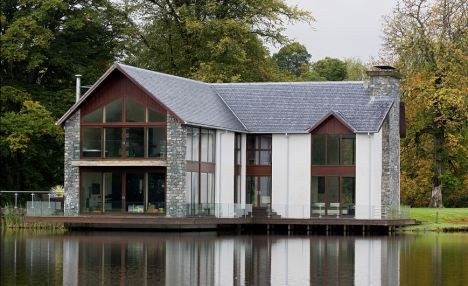 Grand Design in Scotland, modern, almost floating house over a loch