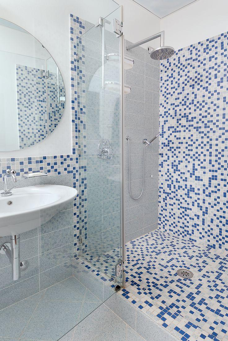 Posadzka i ściana w łazience wykonana z konglomeratu kwarcowego Stardust Sky - Santa Margherita. #santamargherita #stardustsky #parquetfloor bathroom #conglomerate #quartz