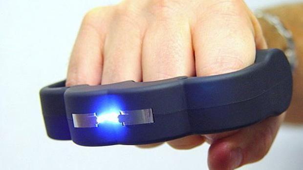 Puño americano con dispositivo para descargas eléctricas