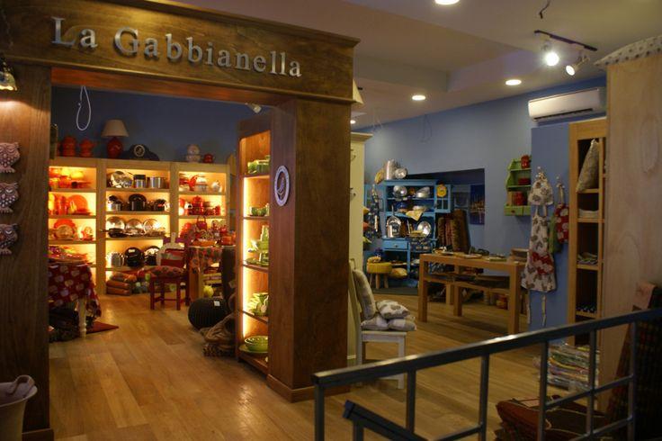 TUTTI i prodotti sono fatti in ITALIA e CURATI dalle MANI DELL'UOMO. La produzione italiana permette di personalizzare il prodotto per OGNI CLIENTE ma anche per attività come B&B, agriturismi, ristoranti ed altre attività.