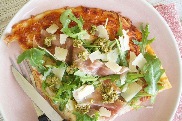 Opskriften på den bedste hjemmelavet pizza med parmaskinke og rucola. Dejen er nem at lave og rulle ud - og fyldet på pizzaen super lækkert.
