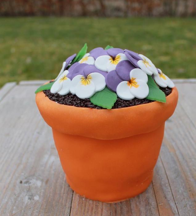 Bloempot taart met viooltjes van fondant                              -                                  Op en top voorjaar! Een bloempottaart met viooltjes.