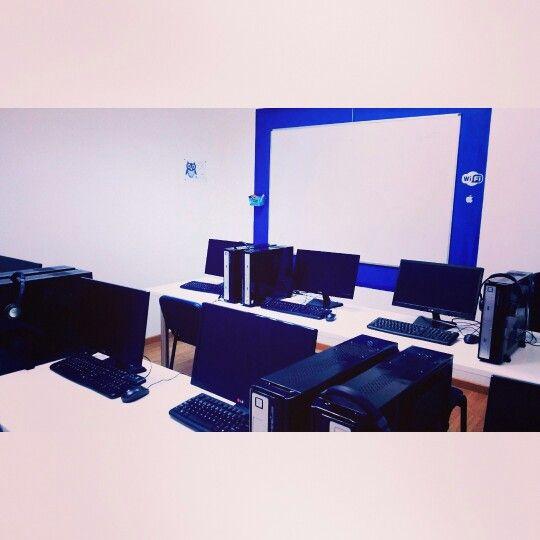"""Buenos días! Hoy les mostramos el aula de informática . De aquí salen los nuevos programadores y diseñadores . La """"jefa"""" de esta zona es Ana Laura. #clases #tenerife #aulas #academia #informática #diseño #seo #programación #estudiantes #alumnos"""