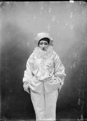 Ellen Terry la definí «trasparente come un'azalea» e paragonò la sua presenza scenica a «fumo che sale da fogli di carta in fiamme».