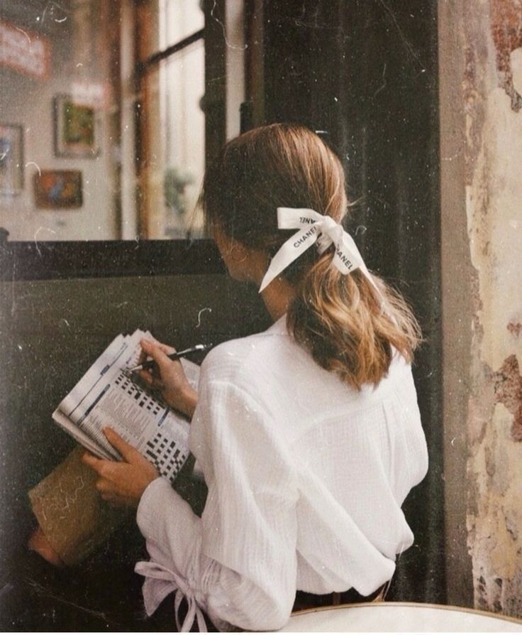 Femininer Stil – weißes Oberteil und Haarschleife – Inspiration für Haare und …