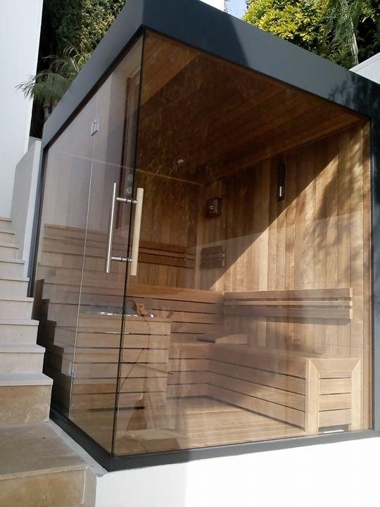 Sauna privata de uz exterior, pentru 3-4 persoane 2300x1900 mm: Interior sauna si banci/mobilier din lemn de plop finlandez thermowood, 7 m2 suprafata sticla clara securizata, termorezistenta de 10 mm., 8 cm  Placare exterioara sauna cu sistem modern de placare fatade tip Bond  de culoare gri antracit, soba de incalzire sauna de 15kW otel inoxidabil. în Villefranche-sur-Mer, Provence-Alpes-Cote d'Azur, Franța.