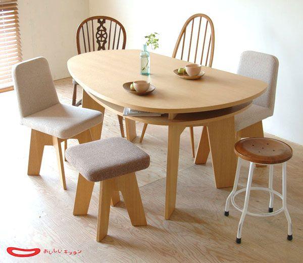 不思議な半円形のダイニングテーブルです。 福井県にある「福地」という老舗の家具メーカーと女性インテリアデザイナー五十嵐久枝氏のコラボから生れた「おいしいキッチン」というプロジェクト。今回のオリジナリティ溢れるダイニングテーブルもそこから生れたものです。 インテラボでも何度も取り上げさせて頂いておりますが、最近の地方の家具プロジェクトの動きの素晴らしさには、ただただ感心させられることが本当に多いんですよ。 海外の優れたインテリアデザインを土台にしながらも、日本人的な細やかな感性と優れた木工技術が融合して、新しくて懐かしい…そして生活が楽しくなるようね優れたプロジェクトが生れ、新しい家具が発表されています。微力ながら応援をしていきたいと思っています。 半円形天板に収納スペースを付けたハイコストパフォーマンステーブル。 半円形テーブルの特徴については以前、少しお話したことがあります。半円形という形は、円形テーブルの自由さと直線部分があることで省スペースも実現できるという大変優れた形なんです。また、天板下の収納スペースも良いアイデアです。…