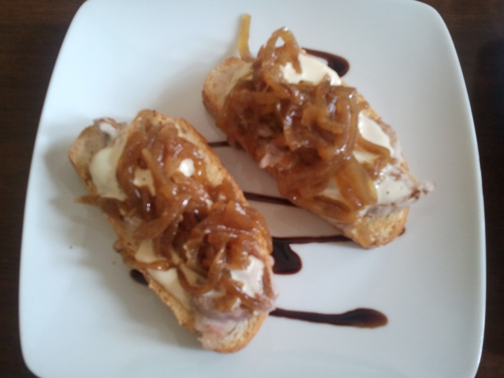 Tosta con solomillo crema de queso brie y cebolla for Canape de pate con cebolla caramelizada